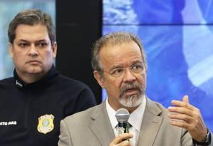 O ministro de Segurança Pública, Raul Jungmann, ao lado do diretor-geral da Polícia Rodoviária Federal (PRF) Foto: Givaldo Barbosa / Agência O Globo