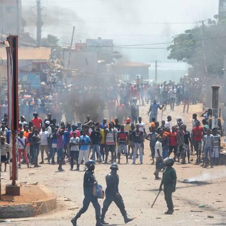 Manifestantes na Guiné pedem por transparência política Foto: CELLOU BINANI / AFP