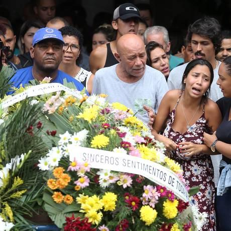 Enterro da jovem foi marcado por forte comoção Foto: Guilherme Pinto