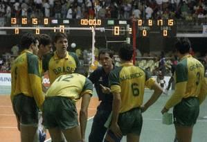 Bebeto de Freitas orienta jogadores da seleção durante jogo contra Cuba no Rio de Janeiro, em 1990 Foto: Fernando Maia