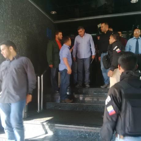 Detenção de ex-ministro dissidente Miguel Rodríguez Torres foi registrado por testemunhas em hotel de Caracas Foto: Reprodução/Twitter