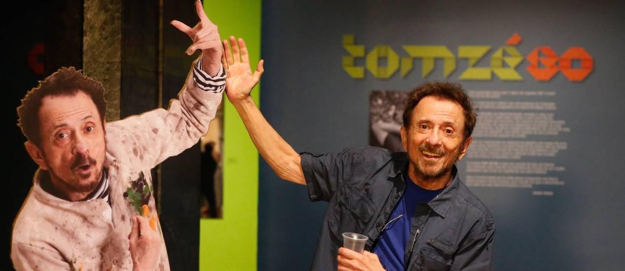 """Tom Zé posa com sua """"réplica"""" em papelão na Caixa Cultural Foto: Marcos Alves / Agência O Globo"""