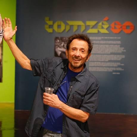 Tom Zé posa com sua