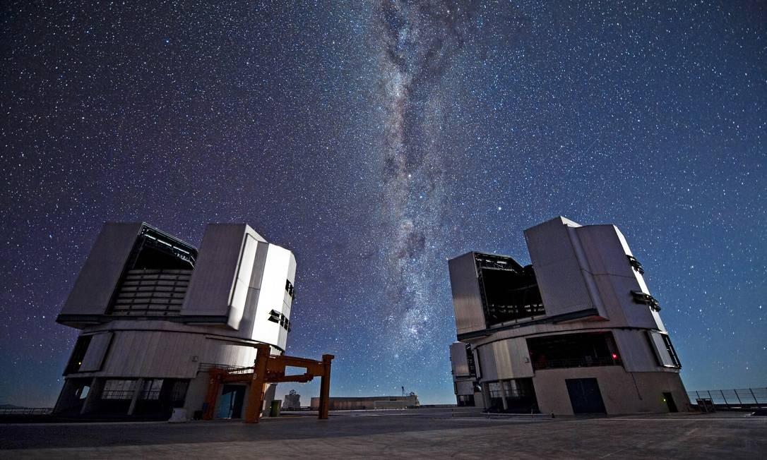 Dois dos quatro telescópios do conjunto VLT, do ESO, no Chile, um dos mais poderosos e avançados equipamentos astronômicos em operação no mundo atualmente Foto: José Francisco Salgado/ESO