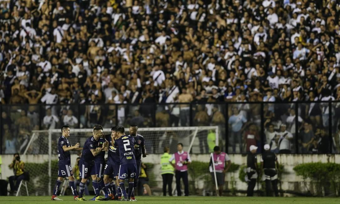 Jogadores da Universidad do Chile comemoram o gol da vitória sobre o Vasco em São Januário Foto: Alexandre Cassiano / Agência O Globo