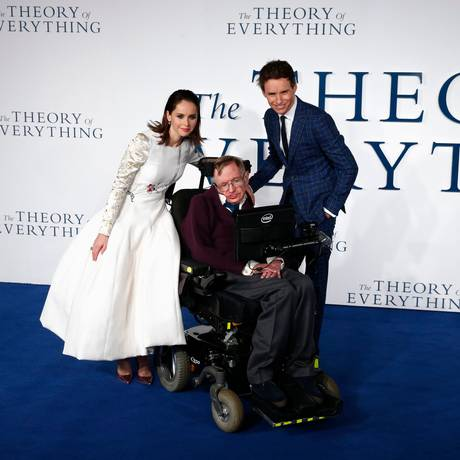 Felicity Jones e Eddie Redmayne posam ao lado de Stephen Hawking em premiere do filme 'A Teoria de Tudo' Foto: JUSTIN TALLIS / AFP