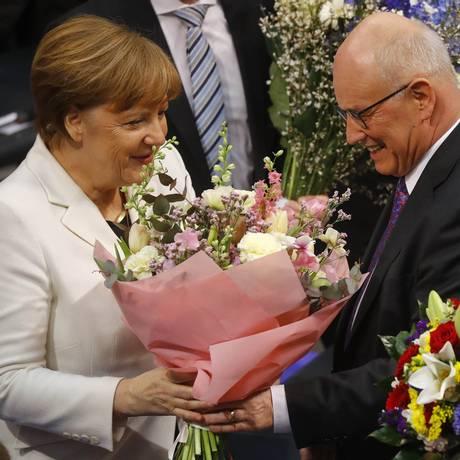 A chanceler da Alemanha, Angela Merkel, é parabenizada após ser reeleita durante sessão dos deputados no Parlamento Bundestag em Berlim Foto: KAI PFAFFENBACH / REUTERS