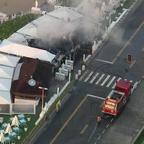 Bombeiros fazem operação rescaldo no quiosque Pesqueiro Foto: TV Globo / Reprodução