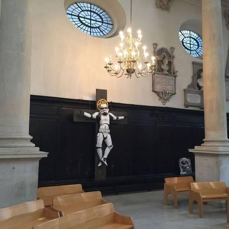 O stormtrooper crucificado na igraja St Stephen Walbrook Foto: Divulgação / RYCA and Art Below