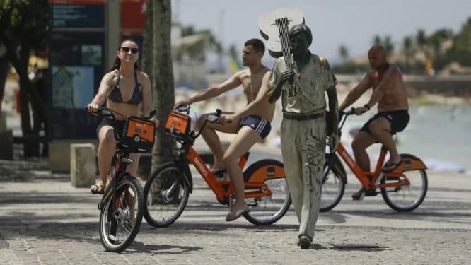 Usuários passeiam com novos modelos de bicicletas no Arpoador Foto: Gabriel de Paiva / Agência O Globo