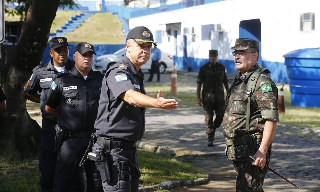 O general Mauro Sinott é recebido pelo comandante do 14º BPM, coronel Amaral, durante a vistoria Foto: Pablo Jacob / Agência O Globo