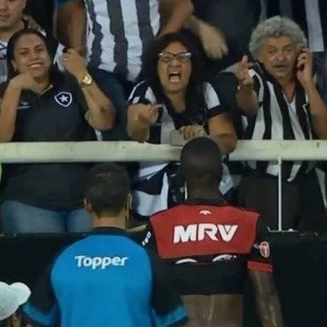 Torcedora do Botafogo faz gesto obsceno e xinga Vinícius Júnior Foto: Reprodução/Sportv