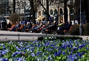 Pessoas aproveitam um dia ensolarado no Parque da Esplanada em Helsinque, na Finlândia Foto: Ints Kalnins / REUTERS
