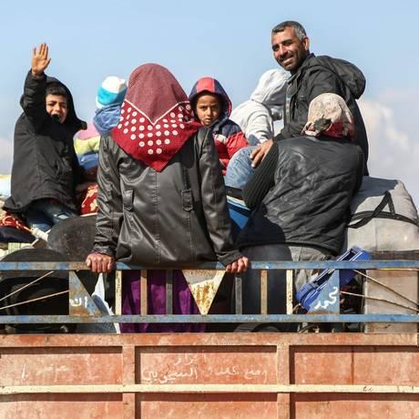 Moradores de Afrin deixam a cidade com medo dos ataques liderados pela Turquia Foto: NAZEER AL-KHATIB / AFP