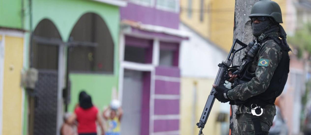 Militar das Forças Armadas em patrulhamento na Vila Kennedy em 13/03/2018 Foto: Marcio Alves / Agência O Globo