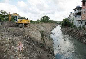 Retroescavadeira que estava no Canal das Taxas foi para o Rio Guerenguê Foto: Brenno Carvalho / Brenno Carvalho
