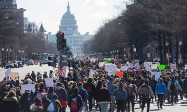 Milhares de estudantes marcham da Casa Branca ao Capitólio dos EUA pedindo controle de armas; protestos vêm um mês após massacre na Flórida Foto: SAUL LOEB / AFP