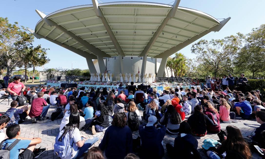 As 17 vítimas do ataque à escola da Flórida foram homenageadas com 17 minutos de silêncio; reação dos alunos à tragédia foi organizar protestos por maior controle na venda de armas Foto: JOE SKIPPER / REUTERS