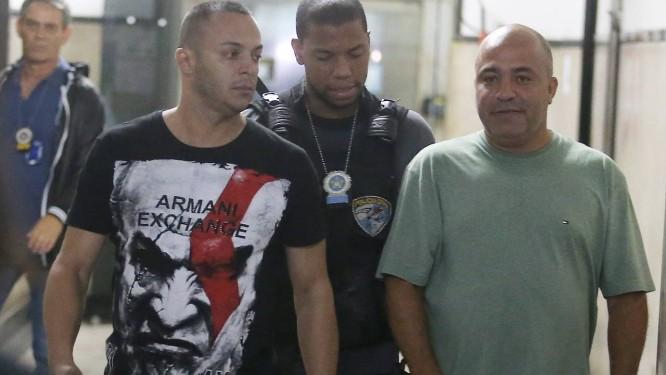 André Lemos da Cunha e Marcio Lima da Cunha (de verde) foram presos na operação Foto: Guilherme Pinto / Agência O Globo