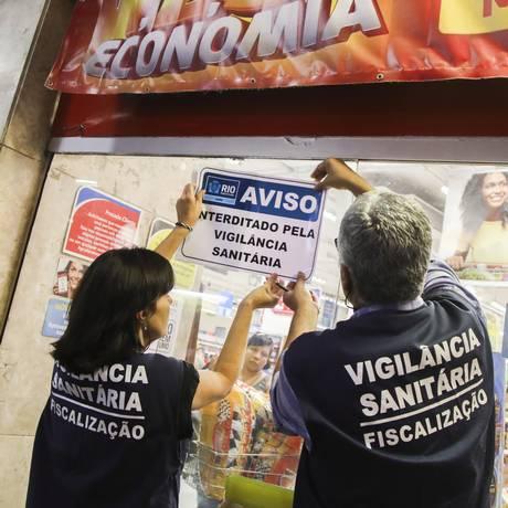 Tolerância zero. Técnicos da Vigilância Sanitária interditam o Extra da Siqueira Campos Foto: Barbara Lopes / Agência O Globo