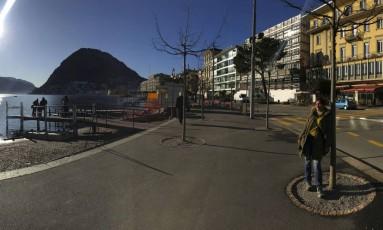 À beira do Lago. Em Lugano, turistas passeiam, admirando a paisagem Foto: Ricardo Largman / Extra