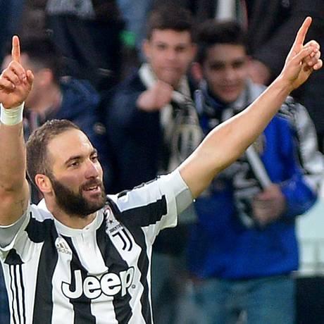 Higuain celebra seu primeiro gol em nova vitória da Juventus Foto: MASSIMO PINCA / REUTERS