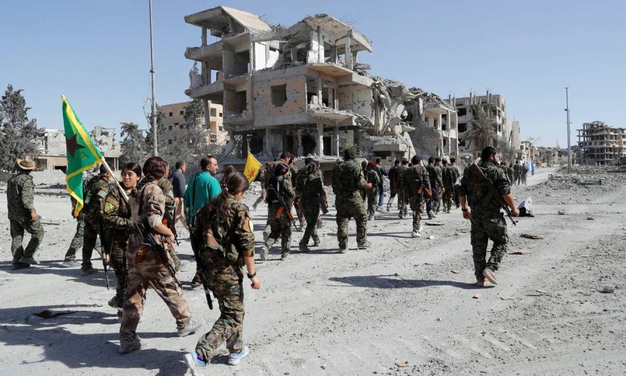 Em outubro de 2017, com o Estado Islâmico em forte recuo, forças de maioria curda conseguem reconquistar Raqqa, antes capital dos terroristas. Na imagem, o local é ocupado também por milicianas mulheres — elas eram as mais cerceadas pela visão ultrarradical do grupo Foto: ERIK DE CASTRO / Reuters