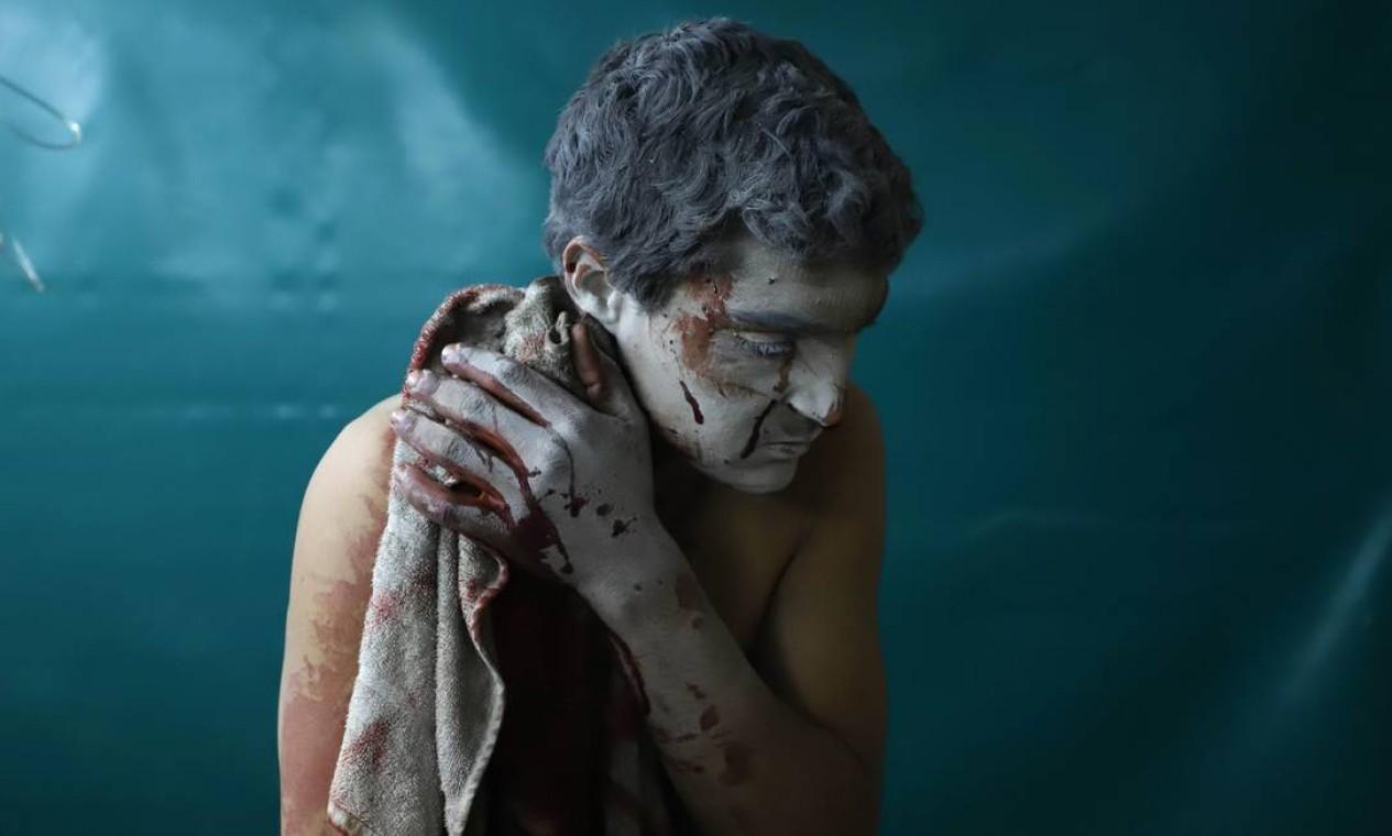 Homem ferido em bombardeio recebe atendimento em Ghouta Oriental. A ofensiva do regime ao enclave, no início de 2018, marca uma das empreitadas finais de Assad para garantir a vitória na guerra. Com o bastião prestes a ser retomado, resta ao governo reconquistar apenas a província de Idlib Foto: AMER ALMOHIBANY / AFP
