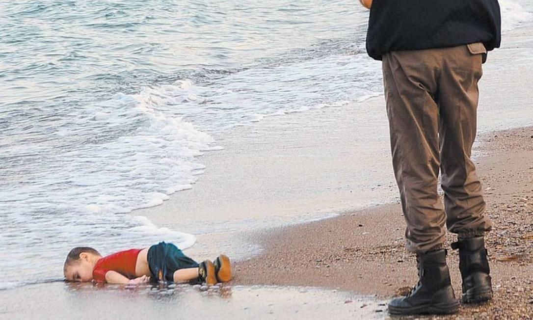 A morte do menino sírio Aylan Kurdi, afogado em setembro de 2015 quando a família tentava ir da Turquia para a Europa, chama a atenção do mundo para a questão dos refugiados: com cada vez mais pessoas deixando a Síria, a Europa passa a viver uma grave crise migratória Foto: Reuters