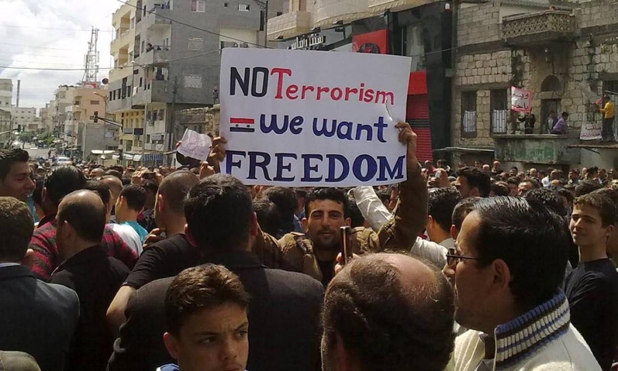 Ainda no período inicial da guerra civil na Síria, em 2011, manifestantes em Banias pedem liberdade na Síria. Conflito, que nasceu na esteira das manifestações da Primavera Árabe, acabou se tornando cada vez mais violento com atritos entre governo e rebeldes de diferentes facções Foto: AFP