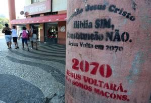 Frases espalhadas pela cidade afirmam que, em 2070, Jesus Cristo voltará Foto: Fabiano Rocha / Agência O Globo