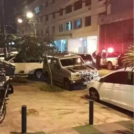 Policiais ficam no local onde motorista foi morto na frente do filho de 5 anos, no Cachambi Foto: Reprodução