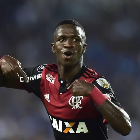 Vinícius Júnior comemora seu primeiro gol pelo Flamengo na Libertadores Foto: RODRIGO BUENDIA / AFP