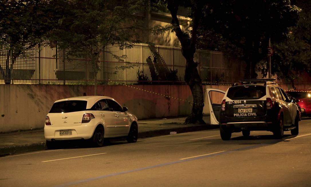 Local do crime: vidro traseiro direito do carro ficou estilhaçado Foto: Uanderson Fernandes / Agência O Globo