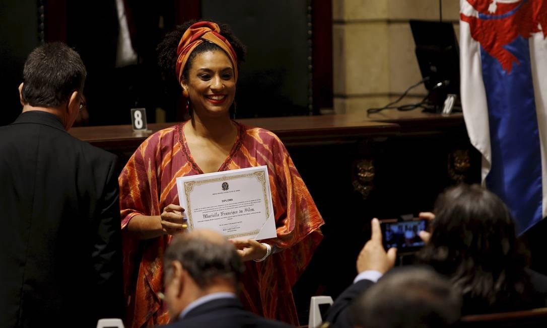Marielle Franco quando foi diplomada pelo TRE na Câmara Municipal junto com o prefeito Marcelo Crivella e outros vereadores Foto: Gabriel de Paiva / Agência O Globo
