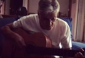 Caetano Veloso toca música