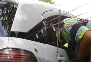 Agentes da Divisão de Homicidios fazem uma nova perícia no carro da vereadora Marielle Franco Foto: Pablo Jacob / Agência O Globo