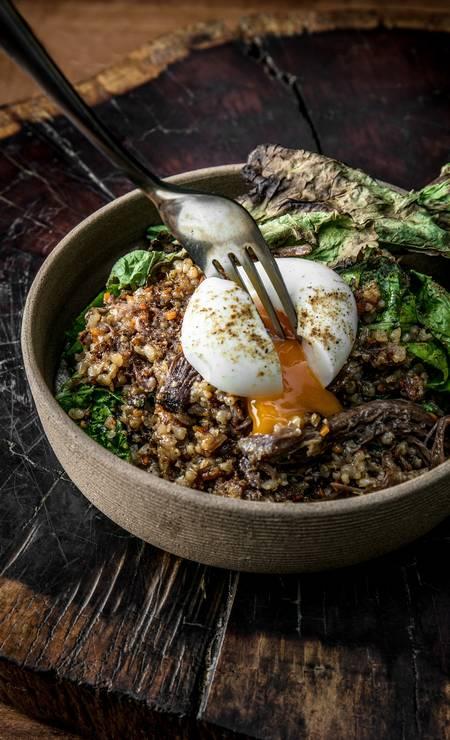 Puro. Arroz de cordeiro assado com folha de mostarda, ovo mole e pó de especiarias Foto: TomasRangel / Divulgação