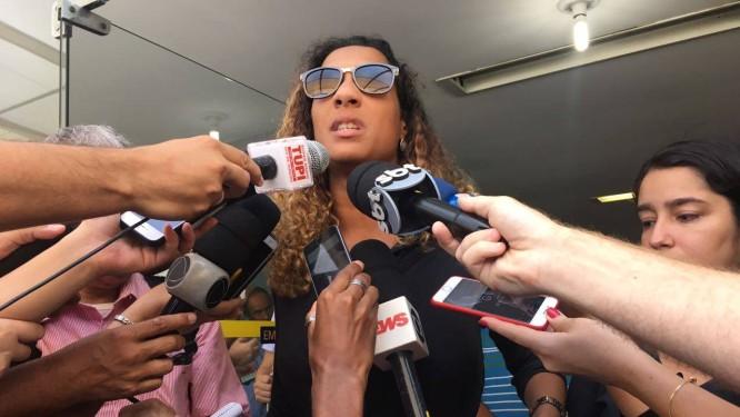 Anielle Silva, irmã da vereadora Marielle Franco, durante coletiva em frente ao Instituto Médico-Legal Foto: Natália Boere / Agência O Globo