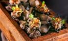 ino. Os nachos neros ganham ovas que espocam na boca e são dispostos sobre umas pedras de rio, numa caixa de madeira (R$ 39) Foto: Tomas Rangel / Divulgação