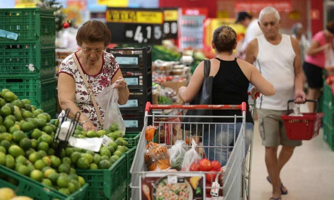 Caso o consumidor compre algum produto estragado, é recomendado fotografá-lo Foto: Márcio Alves / Agência O Globo