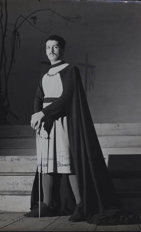 'Hamlet' estreou quatro dias depois de Britto ter se formado em medicina, como relembra no livro 'O Teatro & Eu'. 'Dr. Sergio? Ou o pretenso ator que você me dizia que não era? Quem é você agora?', perguntou-lhe o pai, que foi assisti-lo Foto: Acervo Sergio Britto - Cedoc Funarte