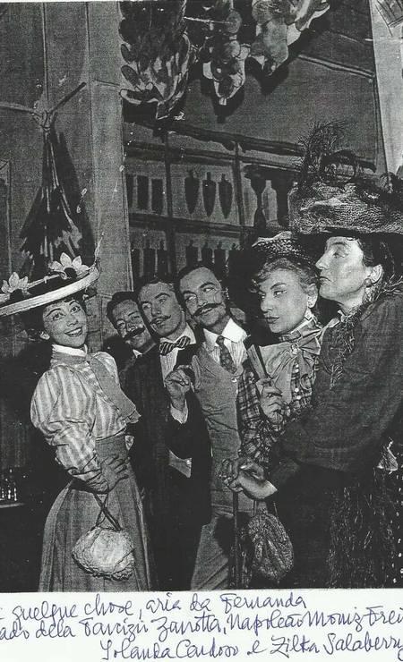 Parte do elenco de 'O mambembe', em foto legendada por Sergio Britto. O ator organizou uma espécie de vaquinha para montar o espetáculo, em 1959: 'O público pagava uma quantia razoável e ficava com a garantia de ingressos para as nossas três primeiras peças', contou, no livro 'O Teatro e Eu' Foto: Acervo Sergio Britto - Cedoc Funarte