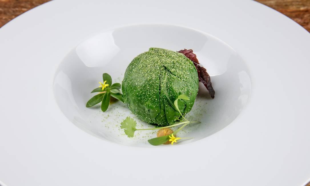 Térèze. Confit de galinha caipira, foie gras, caju e taioba Foto: TomasRangel / Divulgação