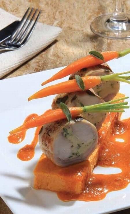 Le Bistrot du Cuisinier . Coelho Recheado ao molho de aalvia, musseline de cenoura com especarias Foto: Divulgação