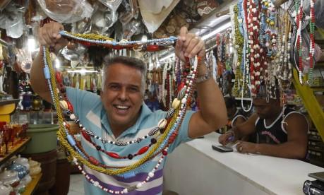Pedrino é dono da loja Orixás em Festa há 33 anos Foto: AgÊncia O Globo / Fabio Guimarães