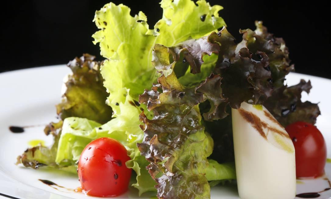 Casa Julieta de Serpa. Salada de folhas verdes com palmito e aceto balsâmico Foto: Jose Renato Antunes / Divulgação