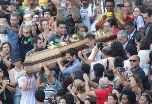 Milhares de pessoas acompanham o velório de Marielle Franco (PSOL), e do motorista Anderson Foto: Marcio Alves / Agência O Globo
