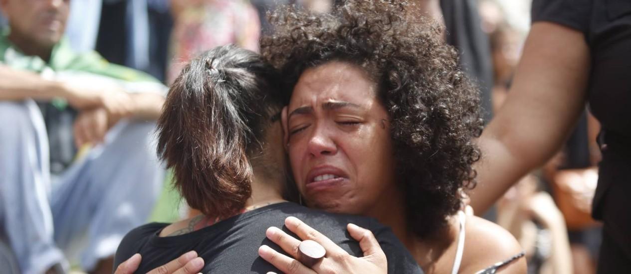 Público emocionado durante velório da vereadora Marielle Franco Foto: Emily Almeida / Agência O Globo