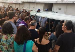 Em Inhaúma, o cortejo de Anderson foi acompanhando pela família e por amigos do motorista Foto: Luã Marinatto